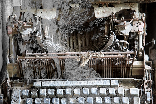 Old typewriter in a nostalgic but powerfull environnement to write a book!  - © Doris Stricher