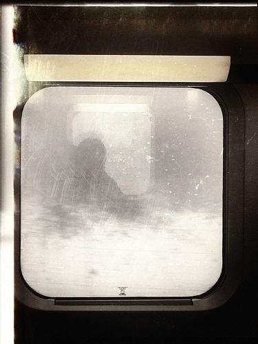 vision depuis un train fantôme / Vision out of a ghost train - iphone photo - © Doris Stricher